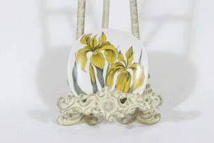 Arabia Botanica koristelautanen, Keltakurjenmiekka, suunnittelija Esteri Tomula, Keltakurjenmiekka, pieni, serikuva