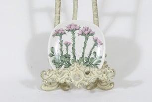 Arabia Botanica koristelautanen, Kissankäpälä, suunnittelija Esteri Tomula, Kissankäpälä, pieni, serikuva