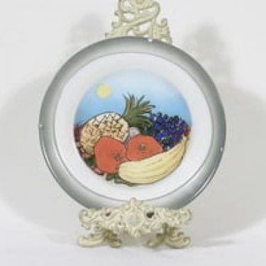Arabia koristelautanen, Etelän hedelmät, suunnittelija Heljä Liukko-Sundström, Etelän hedelmät, serikuva, signeerattu