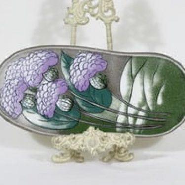 Arabia koristelaatta, Tuulta purjeisiin, suunnittelija Heljä Liukko-Sundström, Tuulta purjeisiin, suuri, serikuva, signeerattu