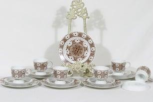 Arabia Ali kahvikupit ja lautaset, ruskea, 6 kpl, suunnittelija Raija Uosikkinen, serikuva, retro
