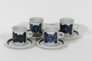 Arabia Anemone kahvikupit, käsinmaalattu, 4 kpl, suunnittelija Ulla Procope, käsinmaalattu, signeerattu