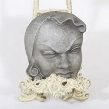 Kupittaan savi koristenaamio, suunnittelija Kerttu Suvanto-Vaajakallio, metallinen