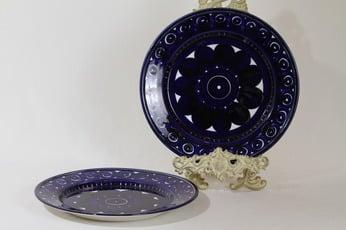 Arabia Valencia lautaset, matala, 2 kpl, suunnittelija Ulla Procope, matala, käsinmaalattu, signeerattu