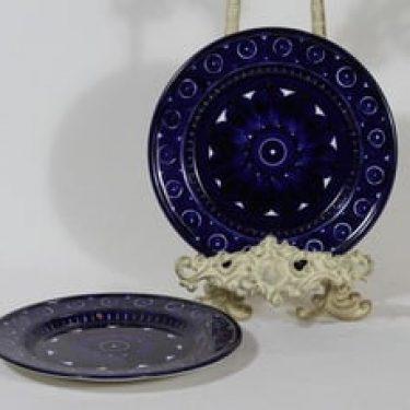 Arabia Valencia lautaset, 2 kpl, suunnittelija Ulla Procope, käsinmaalattu, pieni, signeerattu