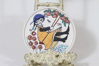 Kupittaan savi koristelautanen, käsinmaalattu, suunnittelija Gudrun Raunio, käsinmaalattu, signeerattu