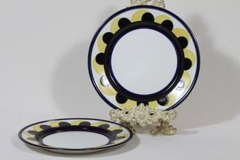 Arabia Paju lautaset, matala, 2 kpl, suunnittelija Anja Jaatinen, matala, käsinmaalattu, signeerattu, retro