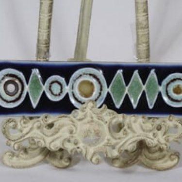 Arabia Ornamentti koristelaatta, signeerattu, suunnittelija Annikki Hovisaari, signeerattu, pieni, värilasite, käsityö