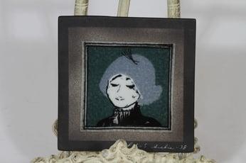 Arabia koristelaatta, Pariisilaistyttö, suunnittelija Heljä Liukko-Sundström, Pariisilaistyttö, pieni, serikuva, signeerattu