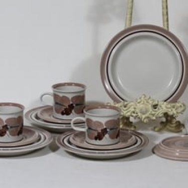 Arabia Koralli kahvikupit ja lautaset, käsinmaalattu, 4 kpl, suunnittelija Raija Uosikkinen, käsinmaalattu