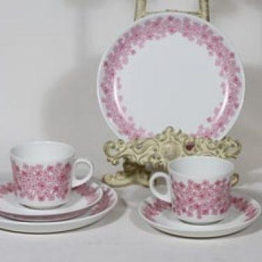 Arabia Leena kahvikupit ja lautaset, punainen, 2 kpl, suunnittelija Raija Uosikkinen, serikuva, retro