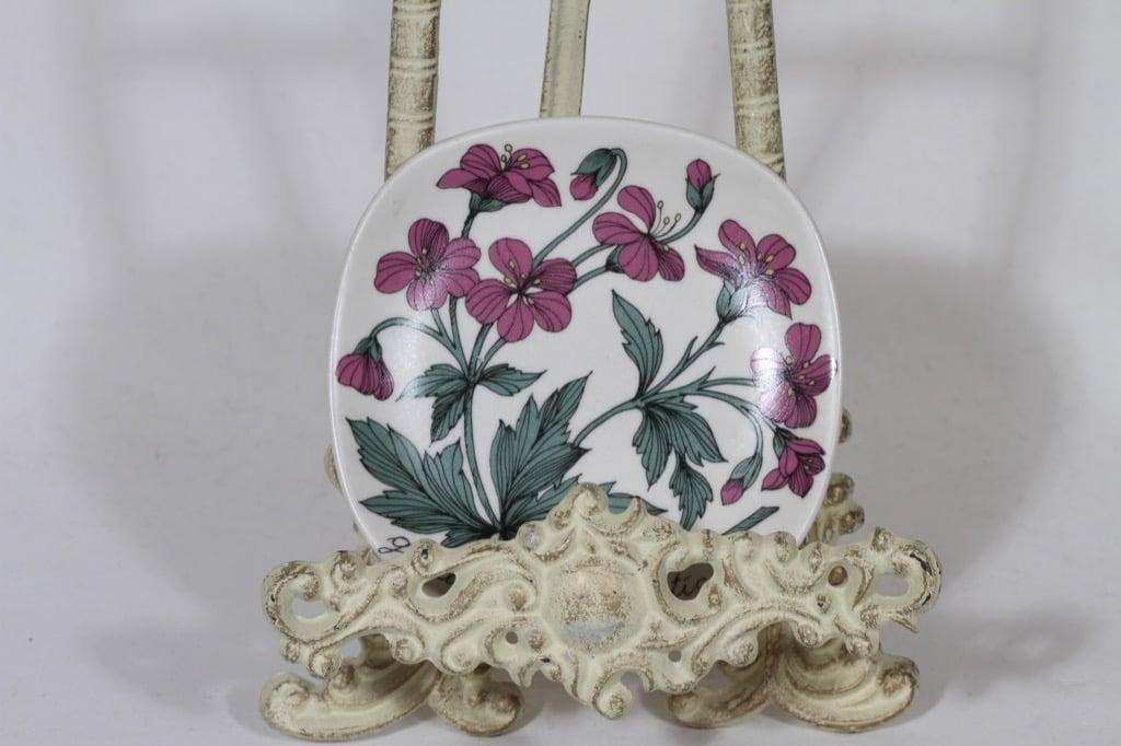 Arabia Botanica koristelautanen, Metsäkurjenpolvi, suunnittelija Esteri Tomula, Metsäkurjenpolvi, pieni, serikuva