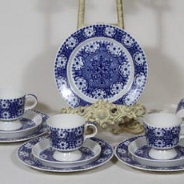 Arabia Ali kahvikupit ja lautaset, sininen, 4 kpl, suunnittelija Raija Uosikkinen, kuparipainokoriste