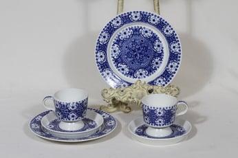 Arabia Ali kahvikupit ja lautaset, sininen, 2 kpl, suunnittelija Raija Uosikkinen, kuparipainokoriste