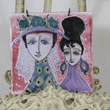 Arabia koristelaatta, käsinmaalattu, suunnittelija Hilkka-Liisa Ahola, käsinmaalattu, pieni, signeerattu, uniikki