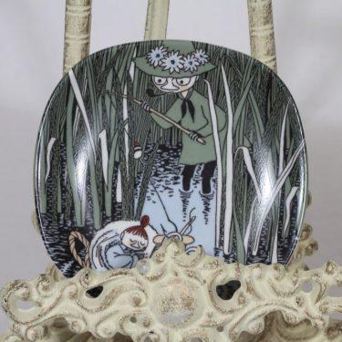 Arabia Muumi koristelautanen, Nuuskamuikkunen ja pikku-Myy, suunnittelija Tove Slotte, Nuuskamuikkunen ja pikku-Myy, pieni, serikuva