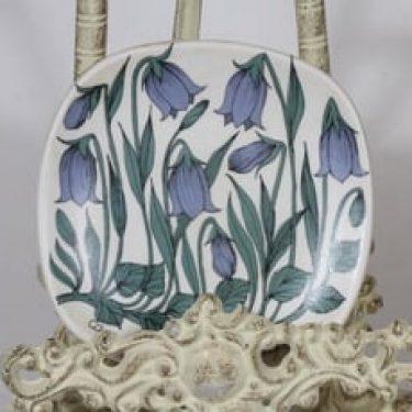 Arabia Botanica koristelautanen, Kissankello, suunnittelija Esteri Tomula, Kissankello, pieni, serikuva
