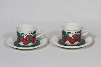 Arabia Kirsikka kahvikupit, punainen, 2 kpl, suunnittelija Inkeri Seppälä, serikuva, retro