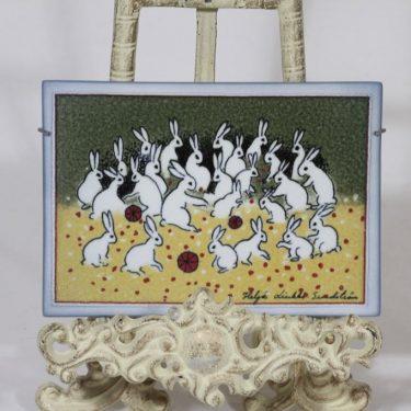 Arabia koristelaatta, Ryhmäkuvassa, suunnittelija Heljä Liukko-Sundström, Ryhmäkuvassa, serikuva, signeerattu, jänisaihe