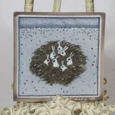 Arabia koristelaatta, Jänistenpesä, suunnittelija Heljä Liukko-Sundström, Jänistenpesä, serikuva, signeerattu, jänisaihe