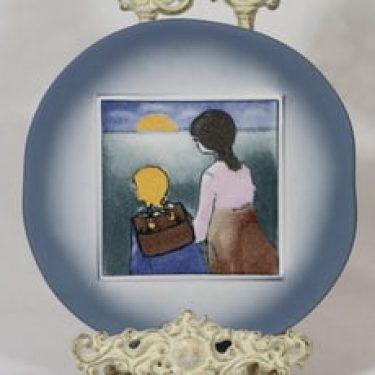 Arabia Äiti ja lapsi koristelaatta, Kouluun, suunnittelija Heljä Liukko-Sundström, Kouluun, serikuva, tyttöaihe
