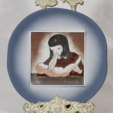 Arabia Äiti ja lapsi koristelaatta, Hyvä olo, suunnittelija Heljä Liukko-Sundström, Hyvä olo, serikuva
