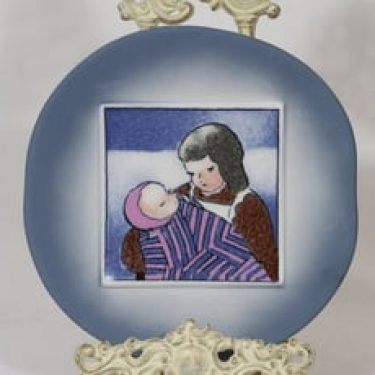 Arabia Äiti ja lapsi koristelaatta, Kotiin, suunnittelija Heljä Liukko-Sundström, Kotiin, serikuva