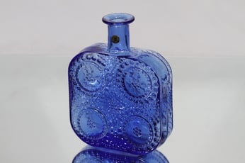 Riihimäen lasi 1724 koristepullo, sininen, suunnittelija Nanny Still,