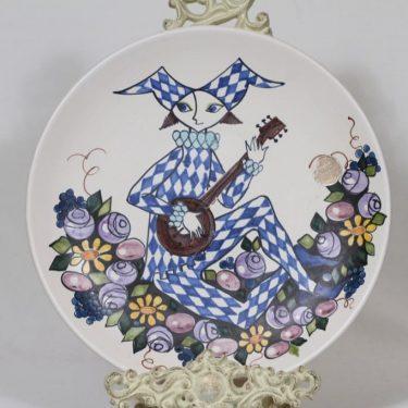 Kupittaan savi 371 I koristelautanen, käsinmaalattu, suunnittelija Gudrun Raunio, käsinmaalattu, signeerattu, harlekiiniaihe