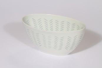 Arabia Helmi malja, riisiposliini, suunnittelija Friedl Holzer-Kjellberg, riisiposliini, soikea, massasigneerattu
