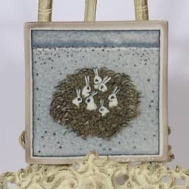 Arabia koristelaatta, Jänis pensaasa, suunnittelija Heljä Liukko-Sundström, Jänis pensaasa, pieni, serikuva, signeerattu