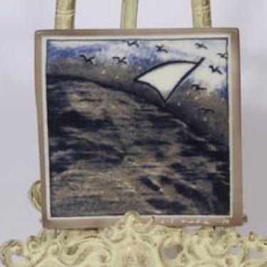 Arabia koristelaatta, Elämän purje, suunnittelija Heljä Liukko-Sundström, Elämän purje, pieni, serikuva, signeerattu