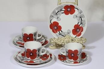Arabia Isokukka kahvikupit ja lautaset, punainen, 3 kpl, suunnittelija Esteri Tomula, serikuva, kukka-aihe, retro