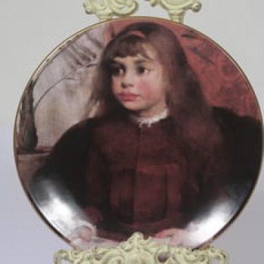 Arabia koristelautanen, Lukeva tyttö, suunnittelija Helene Schjerfbeck, Lukeva tyttö, serikuva, lapsiaihe