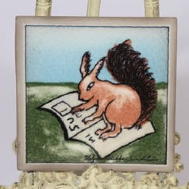 Arabia koristelaatta, Orava lukemassa, suunnittelija Heljä Liukko-Sundström, Orava lukemassa, pieni, serikuva