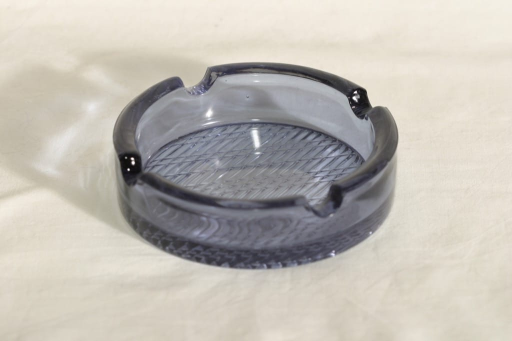 Riihimäen lasi Flindari tuhka-astia, siniharmaa, suunnittelija Nanny Still,