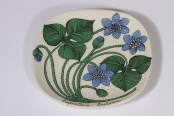 Arabia Botanica koristelautanen, Sinivuokko, suunnittelija Esteri Tomula, Sinivuokko, pieni, serikuva
