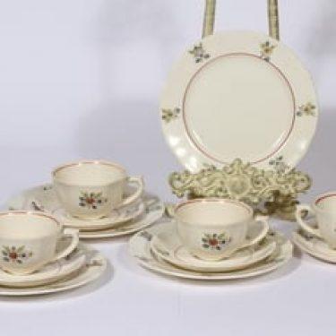 Arabia Sirkka kahvikupit ja lautaset, suunnittelija Reinhard Richter, siirtokuva, kukka-aihe