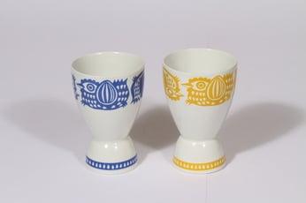 Arabia Kananpoika pikarit, sininen keltainen, 2 kpl, suunnittelija Gunvor Olin-Grönqvist, serikuva, kana-aihe