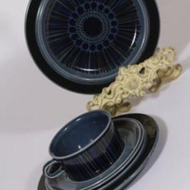 Arabia Kosmos teekuppi ja lautaset, sininen, 2 kpl, suunnittelija Gunvor Olin-Grönqvist, puhalluskoriste