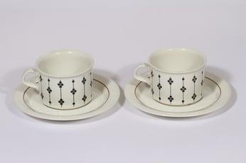 Arabia Kartano teekupit, mustavalkoinen, 2 kpl, suunnittelija Esteri Tomula, serikuva
