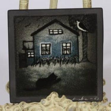 Arabia koristelaatta, Sinisen talon kissa, suunnittelija Heljä Liukko-Sundström, Sinisen talon kissa, pieni, serikuva, signeerattu
