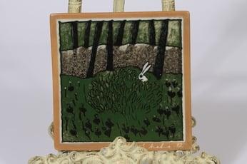 Arabia koristelaatta, Jänis pensaassa, suunnittelija Heljä Liukko-Sundström, Jänis pensaassa, pieni, serikuva, signeerattu