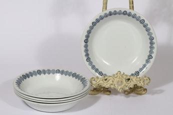 Arabia Linnea lautaset, syvä, 5 kpl, suunnittelija Raija Uosikkinen, syvä, serikuva, lehtiaihe