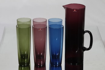 Iittala 2204 mehukaadin ja lasit, eri värejä, 6 kpl, suunnittelija Tapio Wirkkala,