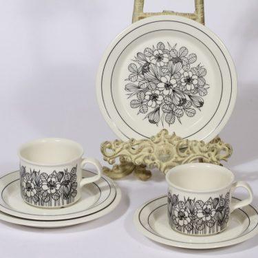Arabia Krokus kahvikupit ja lautaset, mustavalkoinen, 2 kpl, suunnittelija Esteri Tomula, serikuva, kukka-aihe
