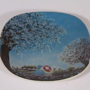 Arabia seinälaatta, Kevättunnelmia, suunnittelija Anita Rantanen-Siemers, Kevättunnelmia, pieni, serikuva