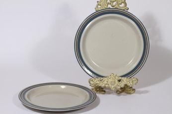 Arabia Uhtua lautaset, matala, 2 kpl, suunnittelija Inkeri Leivo, matala, raitakoriste, matala
