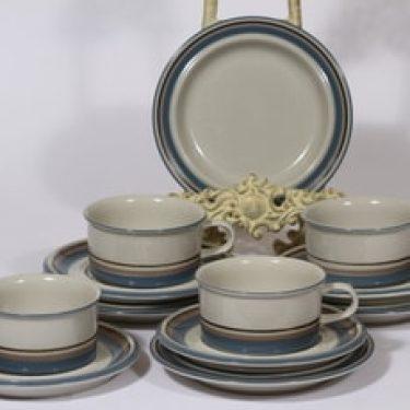 Arabia Uhtua teekupit ja leivoslautaset, 4 kpl, suunnittelija Inkeri Leivo, raitakoriste