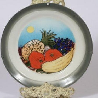 Arabia seinälaatta, Etelän hedelmät, suunnittelija Heljä Liukko-Sundström, Etelän hedelmät, serikuva, signeerattu